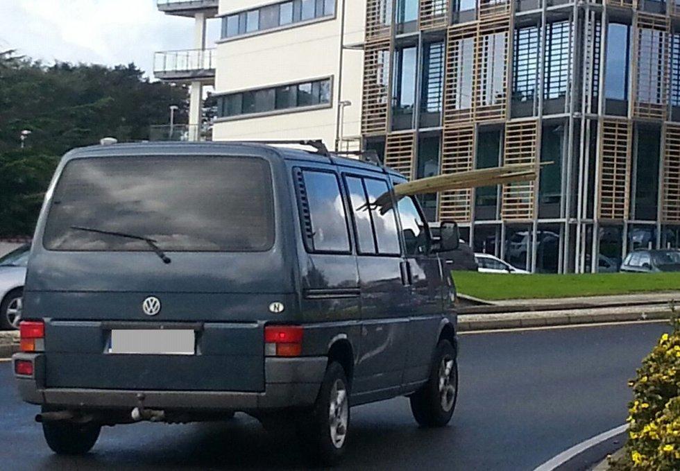 En tipser har sendt inn dette bildet som han har tat like ved Mediehuset i Karmsundgata. Lasten stikker en god meter ut gjennom passasjervinduet på bilen...  (Foto: Foto: 2303-tipser)