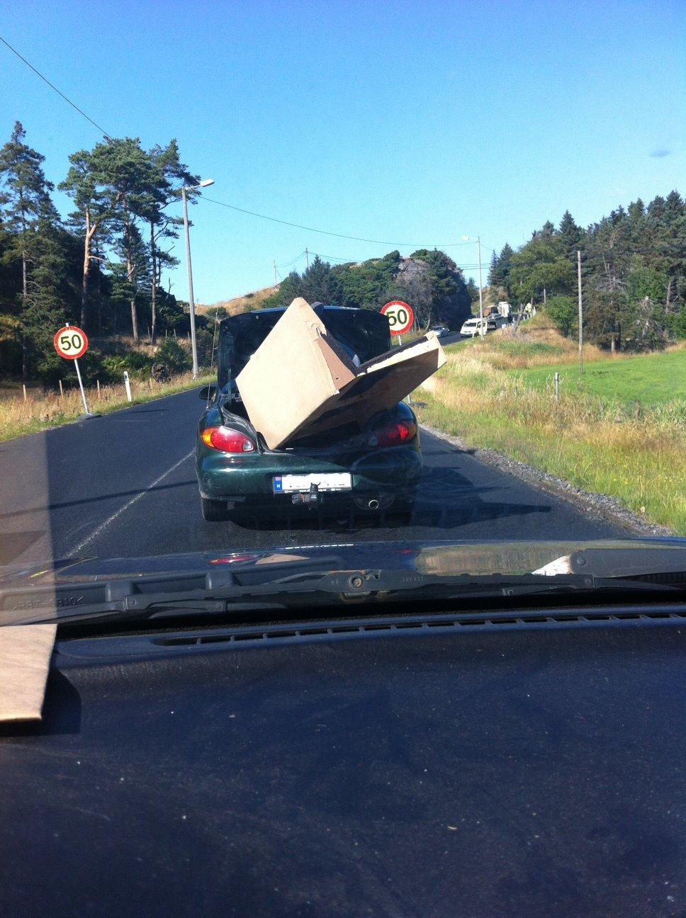 Dette kan umulig være trygt. - Bildet er tatt rett etter avkjøringen til Årabrot, sier tipseren.                   (Foto: 2303-tipser)