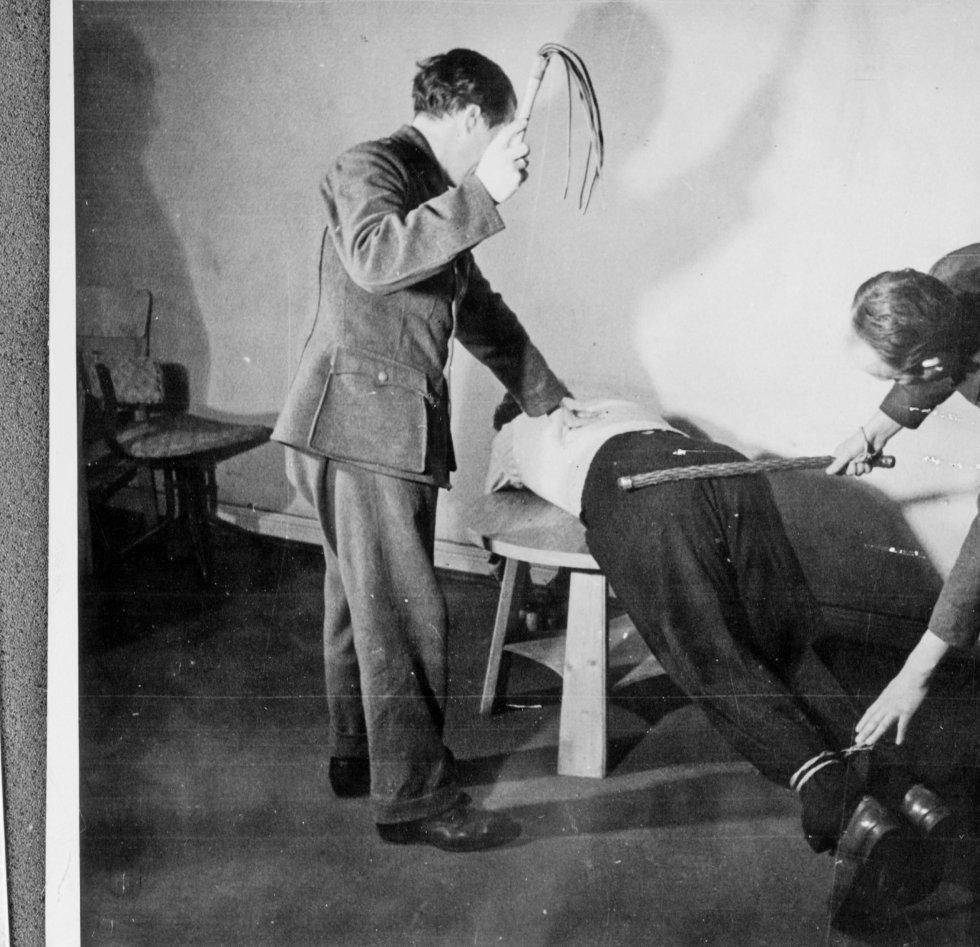 Dette er et bilde fra Riksarkivet, som viser en rekonstruksjon av tortur under krigen.