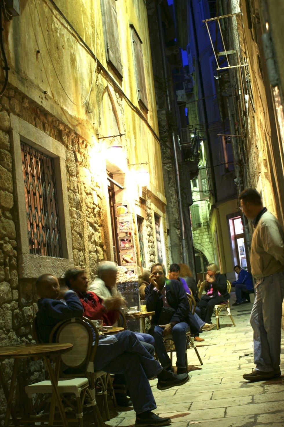La oppdagelsesferden ende på en av de små kafeene i Splits gamleby.