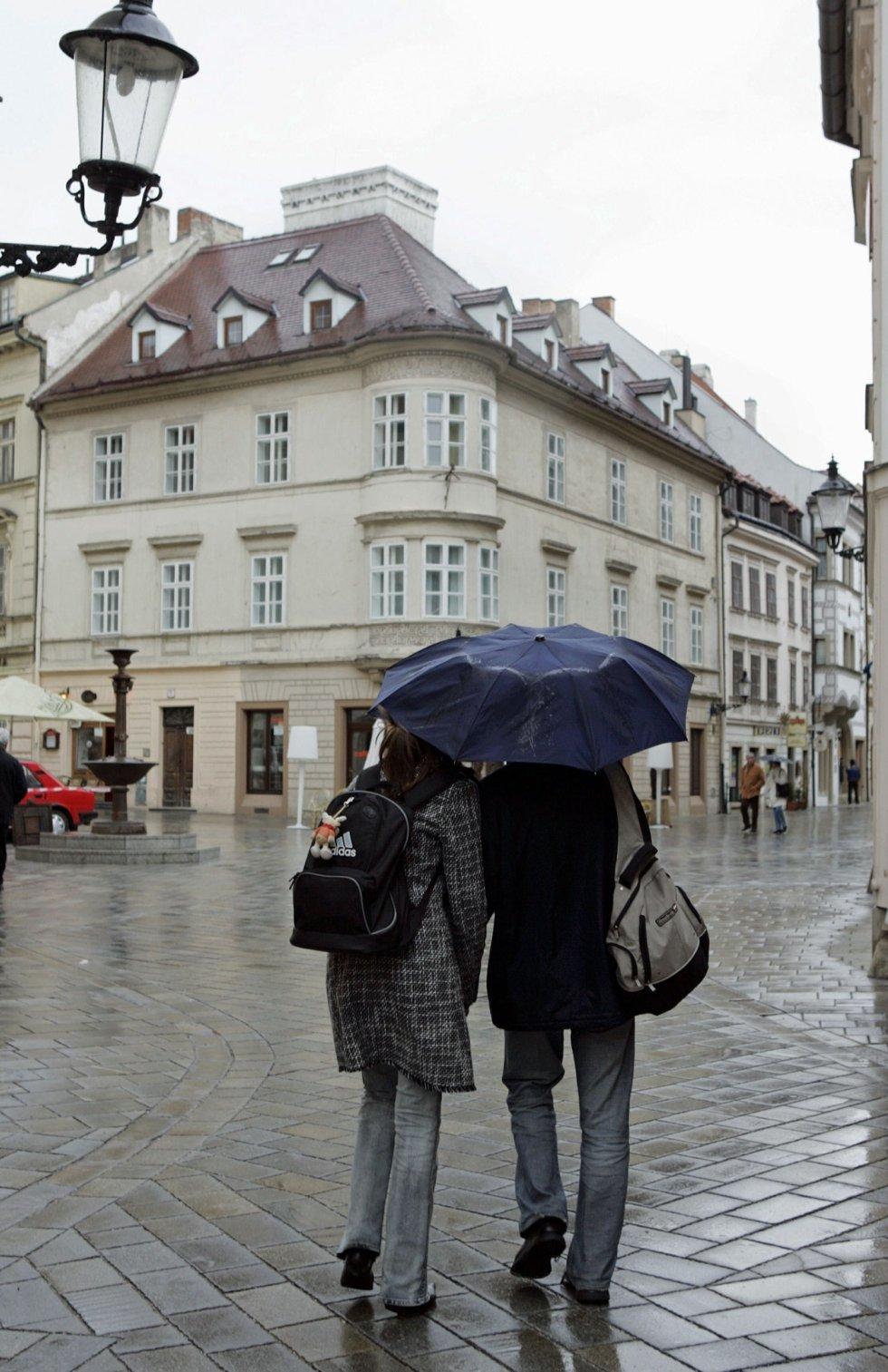 To deler paraply i et høstlig Bratislava.