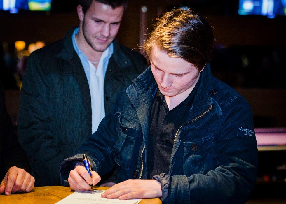 FANSEN SIGNERER: 17 år gamle Mattis Sverdrup Asker signerte kontrakten som fullførte Nicolai Næss (bak) sin overgang fra Vålerenga til Stabæk.