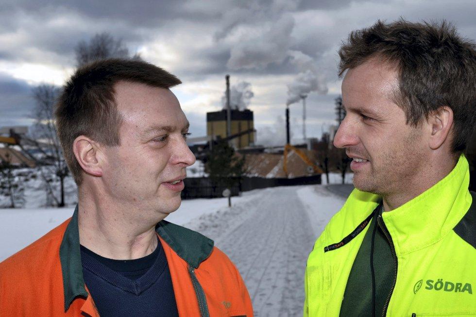 De ansatte var overrasket over at fabrikken nå skal selges. Til venstre Jostein Sjaavaag, klubbleder Fellesforbundet, og Joakim Sværen, nestleder NITO-klubben.