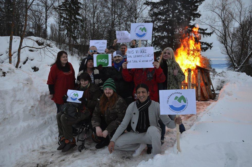 Varde: Lørdag ble det tent rundt 80 varder for et oljefritt Lofoten, Vesterålen og Senja rundt om i landet. En av dem var ved Fredheim på Nes, der rusavhengige viste sin motstand mot oljeavhengighet. Om lag 20 personer møtte opp. Foto: Jeanette Sandbæk Håland.