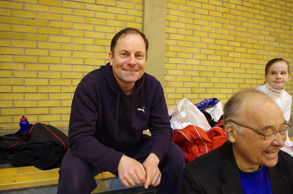 Reidar Helliesen er leder i nystartede Sandefjord Fekteklubb, og har med tre fektere til stevnet på Nøtterøy.