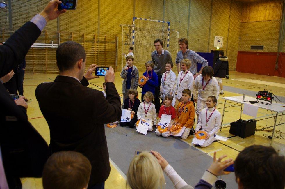 Fekter Bartosz Piasecki og arrangør Kjetil Draugedalen poserer etter å ha delt ut medaljer til de under 11 år.