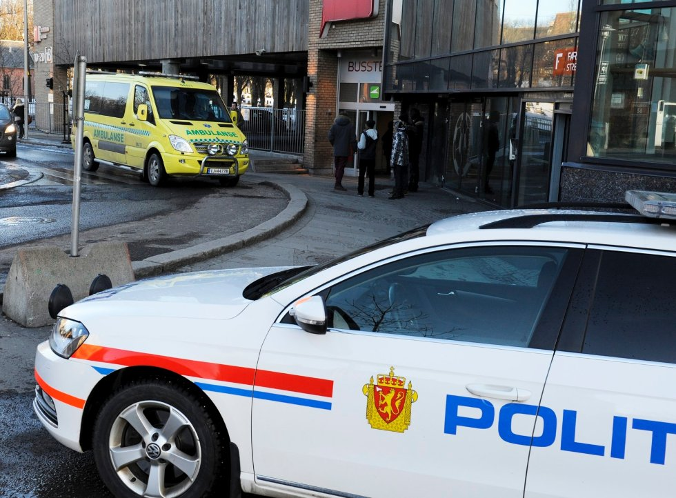 Både politi og ambulanse rykket ut til bussterminalen.
