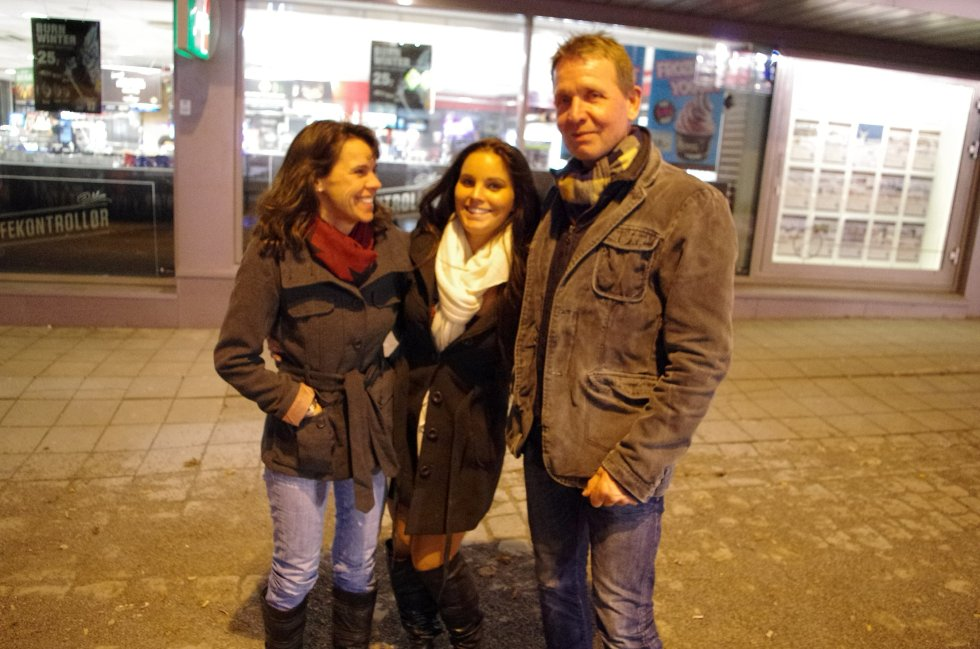 Marianne, Liv og Terje har vært på pub, og skal videre. De har også vært på Peppes pizza; de har feiret Liv. Hun har bursdag!