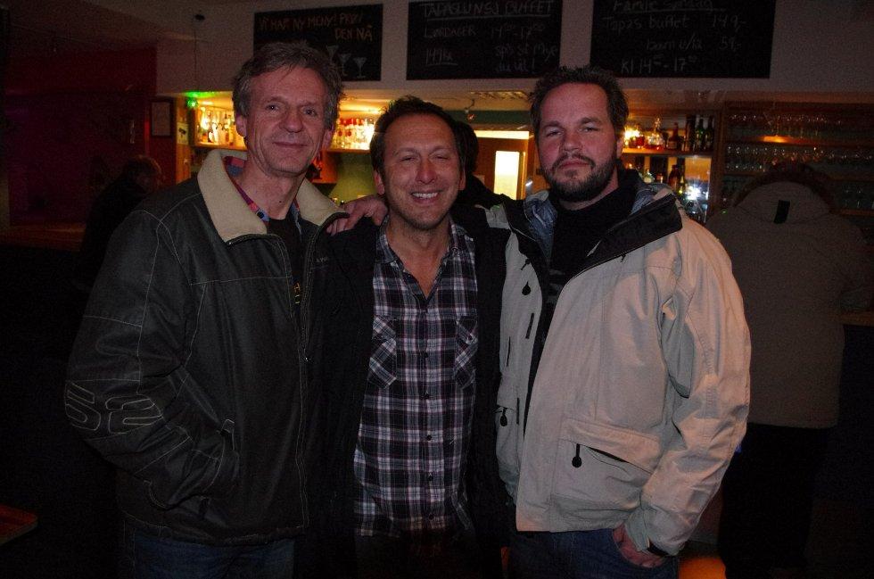Per, Fredrik og Ruben har akkurat kommet seg inn fra lørdagens uvær. Kvelden er ung, og de skal drikke øl og vin.
