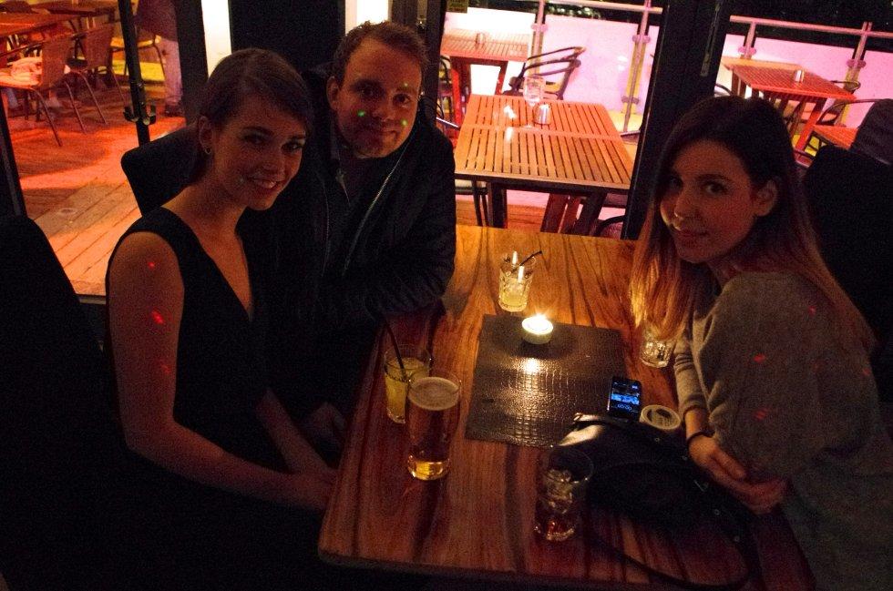 Caroline, Thomas og Emilie er ute for å feire at Caroline og Thomas skal til Thailand.