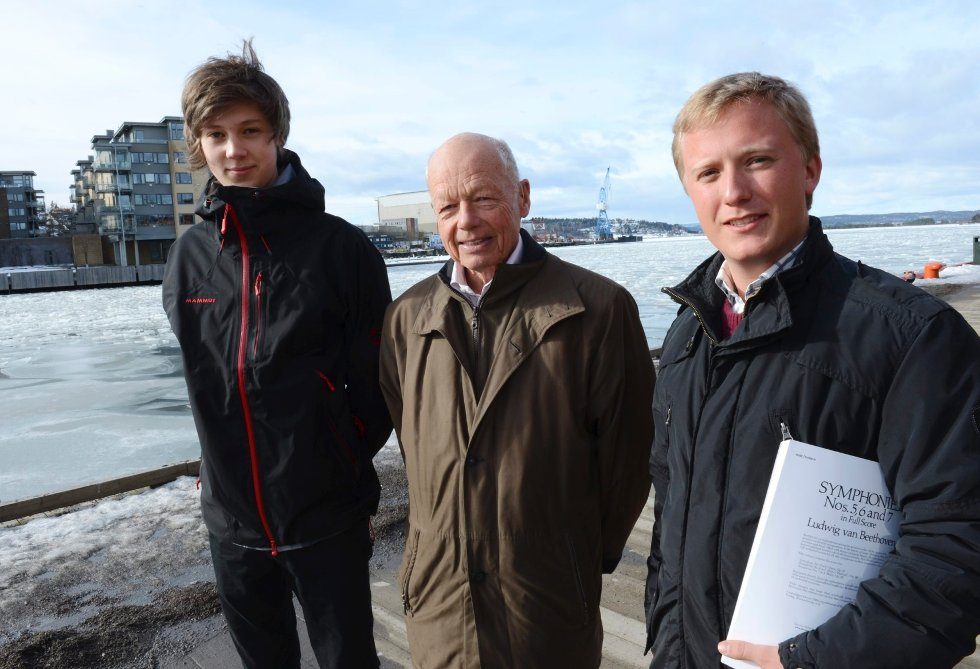 Trompetist Nicholas Aker (til venstre) og dirigentstudent Mathias Gran takker Svend Haraldsen for reisestipendet på 10.000 kroner hver. – Pengene kommer godt med, innrømmer de.