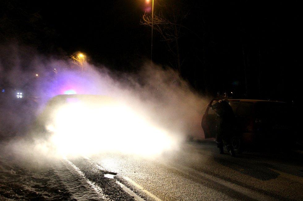 Det veltet røyk ut av bilen som tok fyr langs Valløveien mandag kveld.