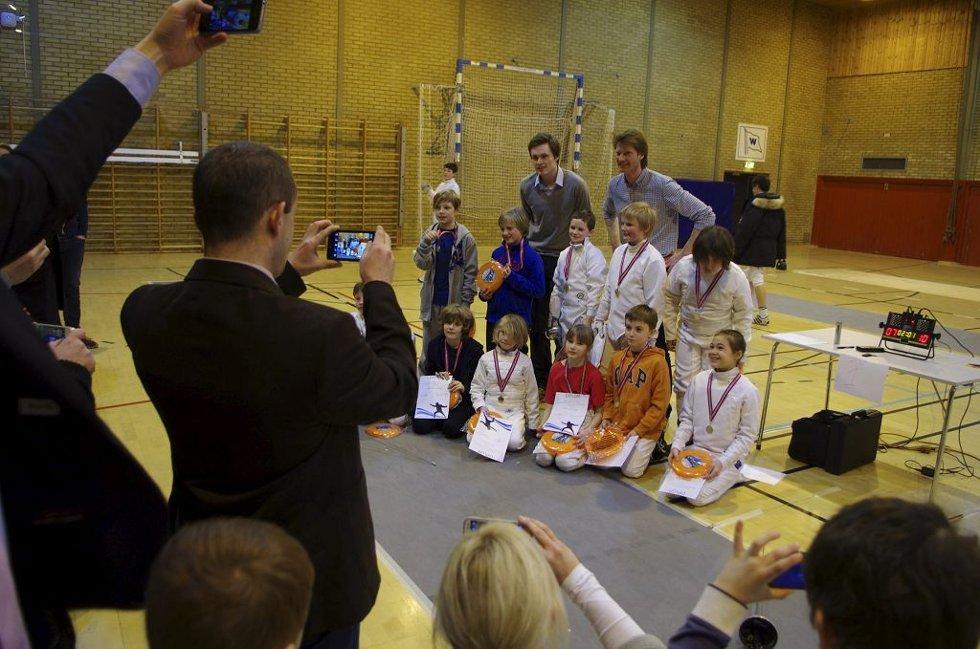 PREMIE TIL ALLE: Bartosz Piasecki og Kjetil Draugedalen har delt ut medalje til de under 11 år. Foto: Bjørnar K. Bekkevard