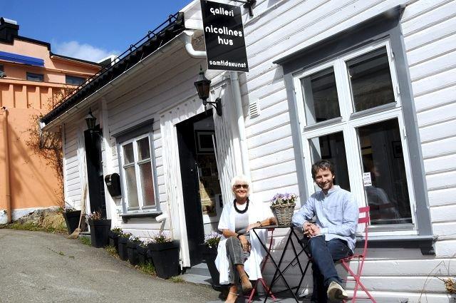Galleri: Utenfor Nicolines hus sitter Eirin Schistad Steen og hennes sønn Thomas Wartiainen.
