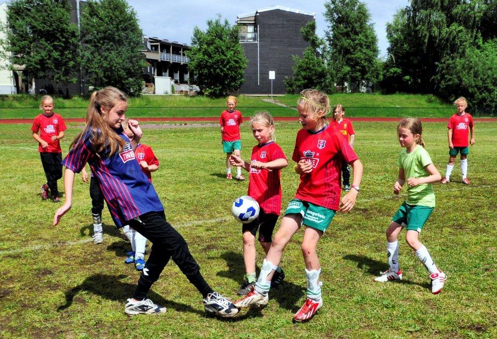 MIN ball: Det var tøff kamp om ballene når jentene spilte «Proff og amatør».