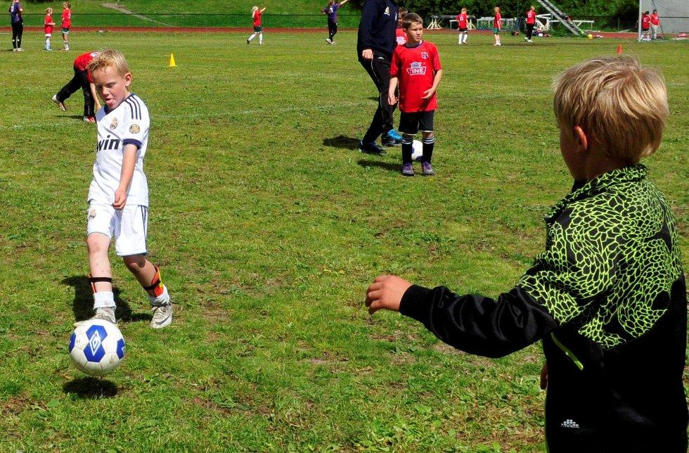 Fokus: Bendik Vick Kraglund spiller ballen til Christoffer Bredesen under en presisjonsøvelse.