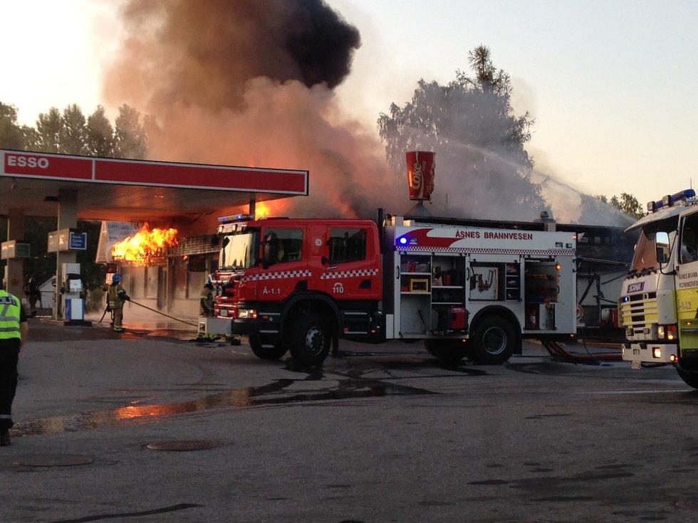 Esso-stasjonen og pizza-restauranten Mona Lisa ble totalskadet i en brann på Flisa natt til tirsdag forrige uke.