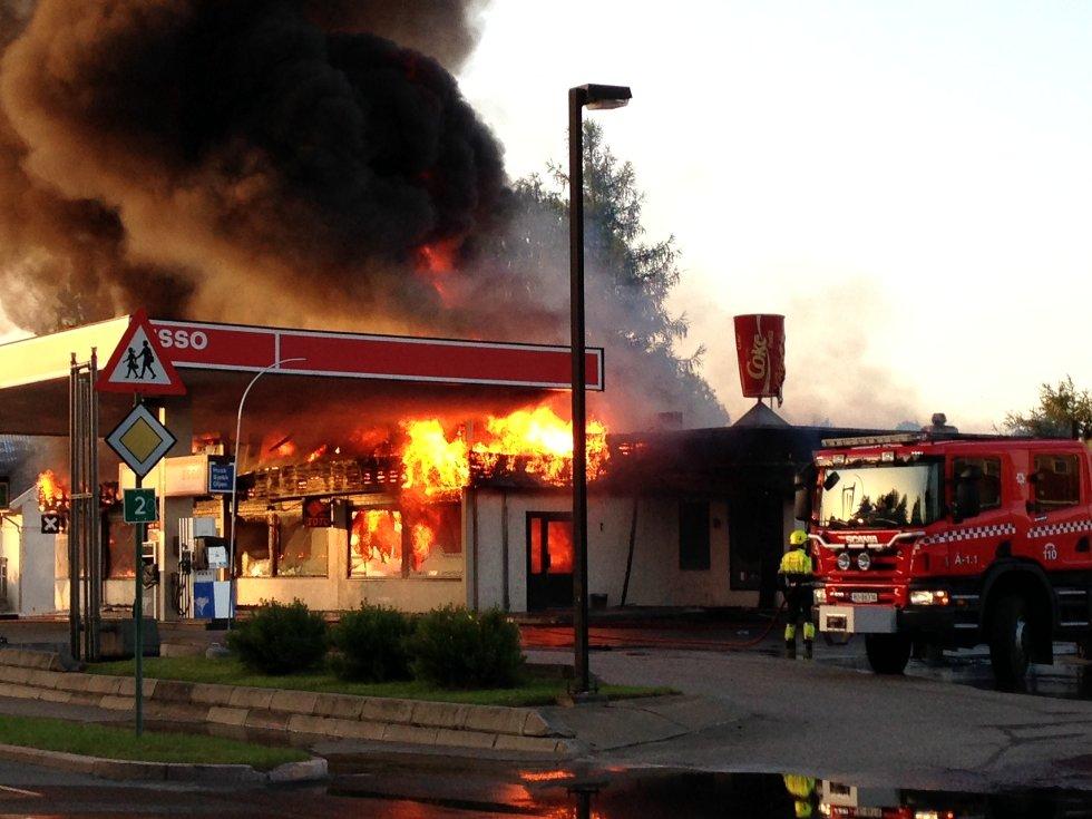 Esso-stasjonen og pizza-restauranten Mona Lisa ble totalskadet i en brann på Flisa natt til tirsdag.