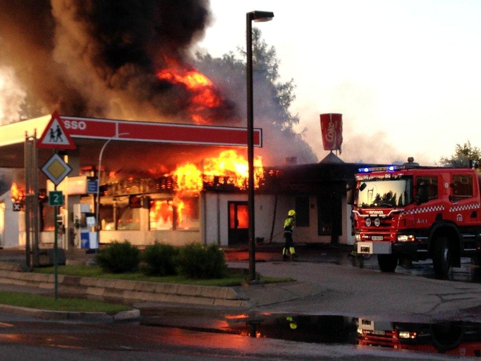 Esso-stasjonen og pizza-restauranten Mona Lisa ble totalskadet i en brann på Flisa natt til 9. juli.