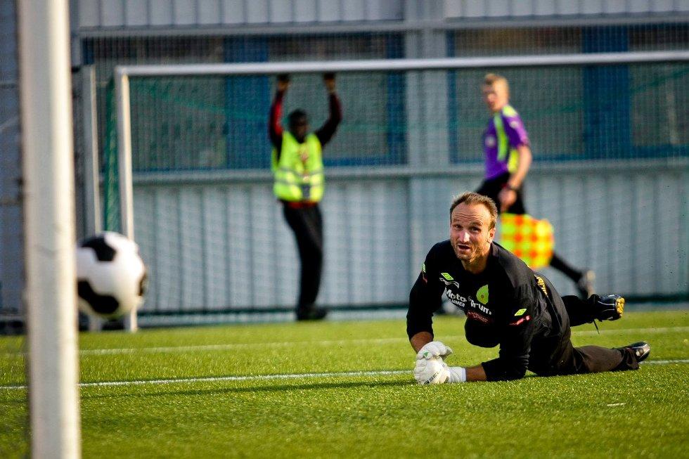 Keepertrener og reservekeeper Thomas Sandem måtte, tross godkjent innsats, plukke tre baller ut av nettet etter bortekampen mot Asker.