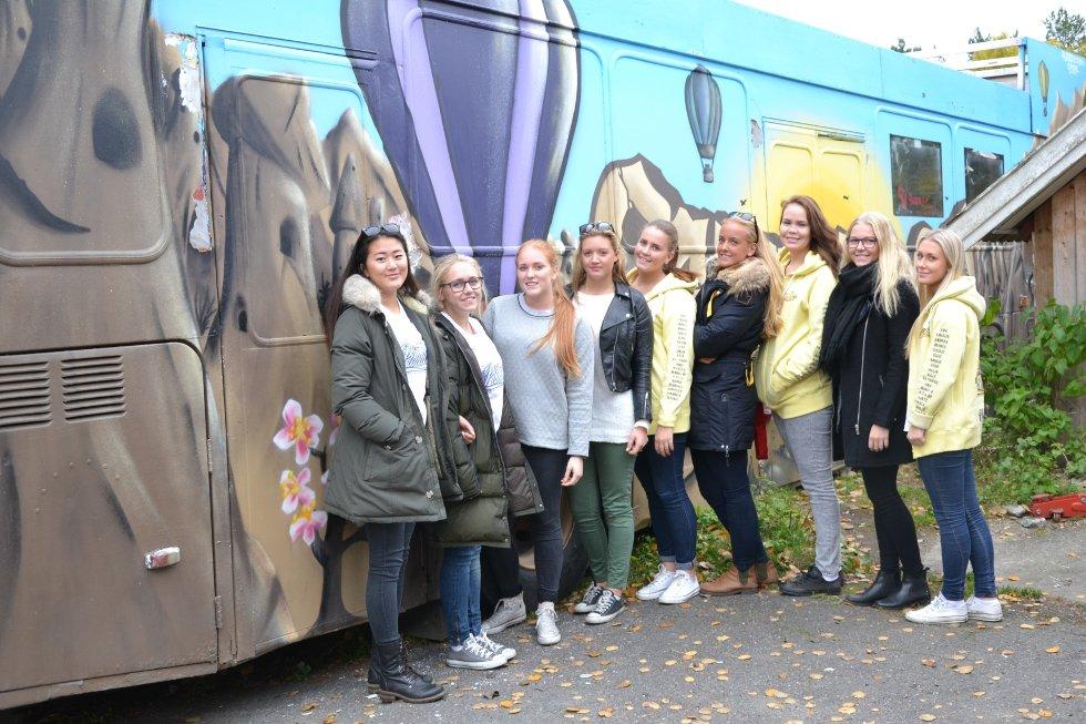"""Jentene på """"Piñata"""" tok med seg pokalen for årets dekknavnlåt, under en nasjonal russebusskåring på Rockefeller."""