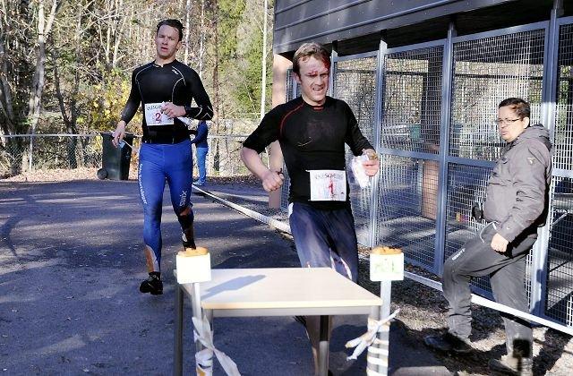 BLODSLIT: Davis Ekroll slo Lars Petter Stormo med et lite sekund, og løp den siste biten med blodet rennende fra hodet etter et ublidt møte med en kvist som ikke ville spille på lag.