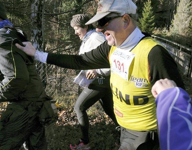 DAGENS PRESTASJON: Selv om David Ekroll løp i mål på en meget god tid, med et blødende sår i hodet, er dagens prestasjon Harald Næss sin. Siden han mistet det meste av synet, har han ikke løpt kneskjælven, men i dag fullførte han på godt under fem timer. med et godt tak i skulderen til Per Ivar Gjellum.
