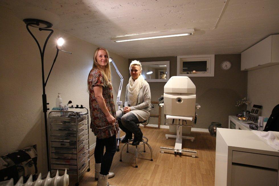 Iverna Veidahl har sitt eget studio i kjelleren hjemme i Pålsrødveien. Her med kveldens kunde, Grethe Paulshus.