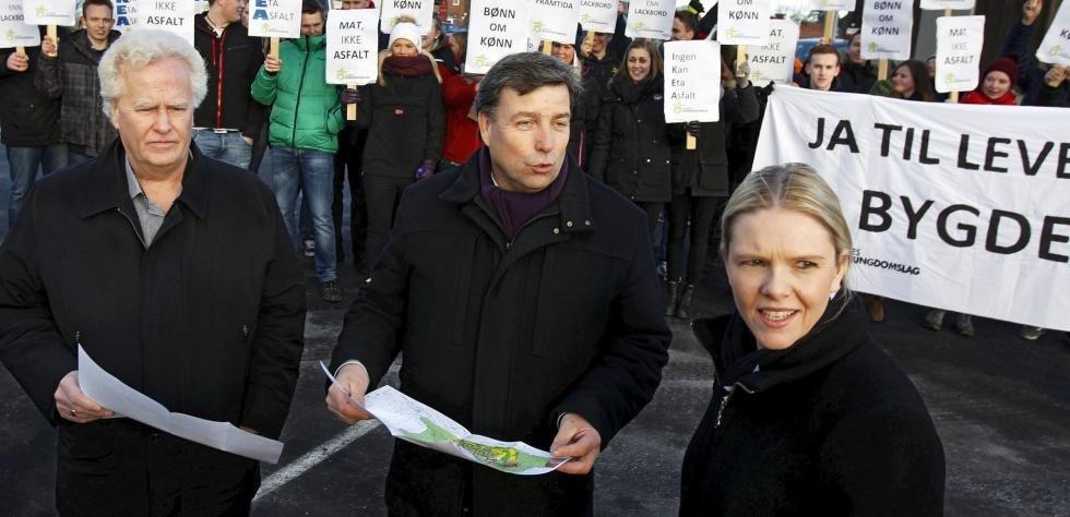 Fra venstre varaordfører Trygve Thorsen (Frp), ordfører John Ødbehr (H) og landbruks- og matminister Sylvi Listhaug (Frp) under mandagens befaring hvor Listhaug ga Ikea grønt lys.Foto: Geir hansen