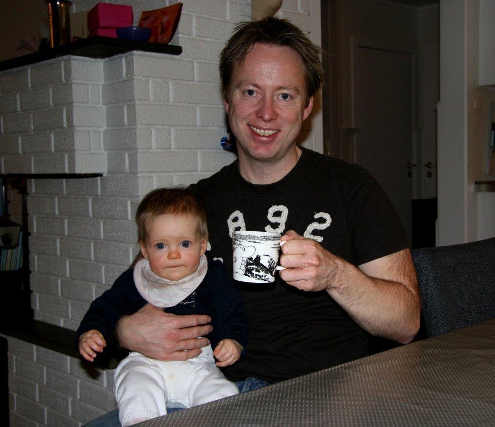 SKJERMYE: Ingeniør, landslagsspiller og bleieskiftarbeider Torger Nergård med lille Thale.