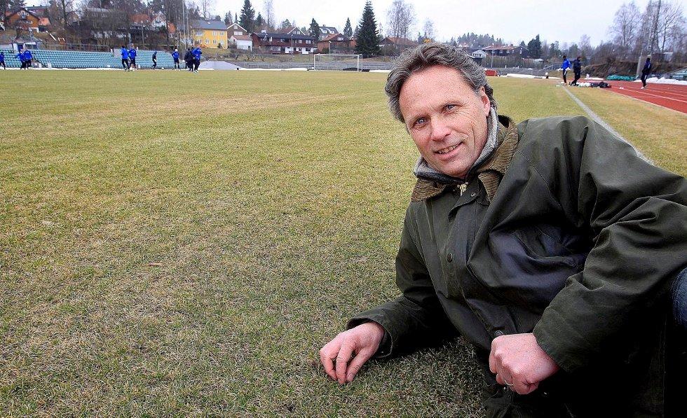 DAGLIG LEDER: Lars Hjorth presenterer ny trener på dagens pressekonferanse. FOTO: KARL BRAANAAS