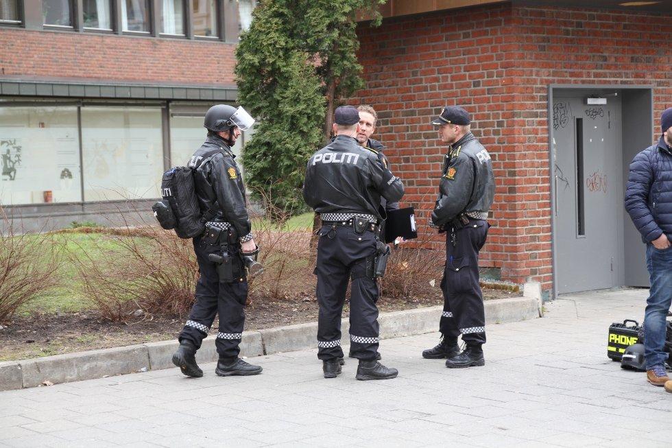 TRUSSELSITUASJON: Politiet sendte store styrker til Tøyen.