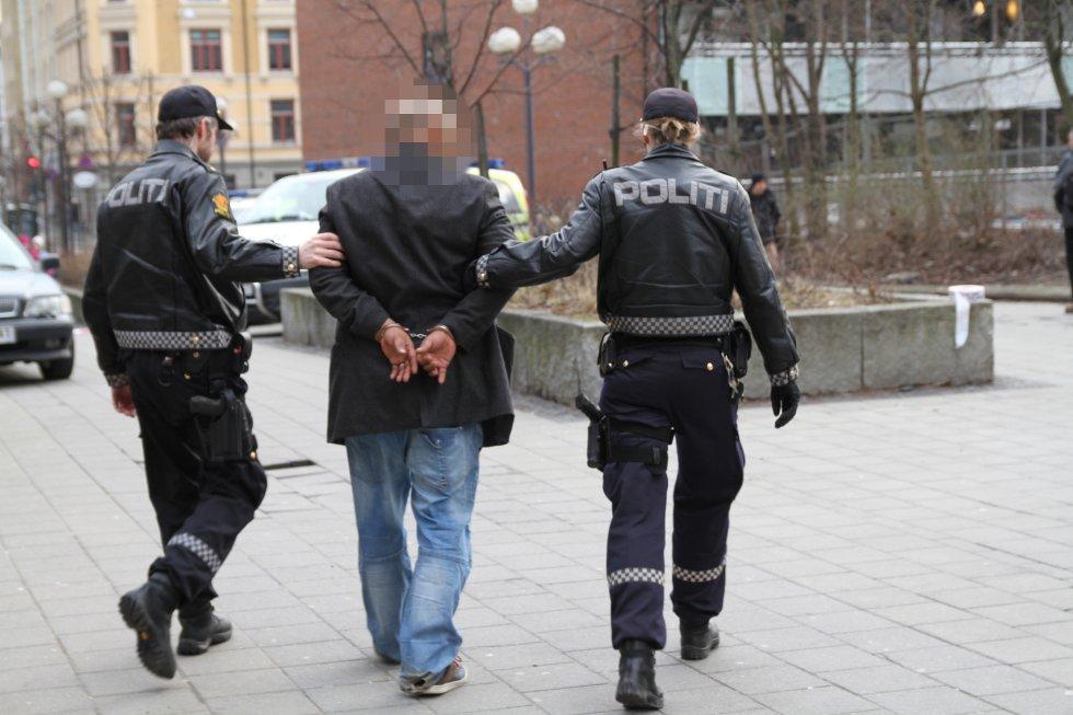 En mann i 50-årene er pågrepet etter at en kvinne ble holdt en leilighet på Tøyen mot sin vilje.