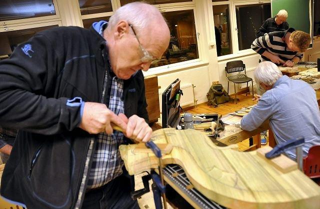 ALT MULIG: De driver med litt av hvert på sine arbeidsbenker og Bjørn Vedal skjærer ut drageornamenter til stolper på huset sitt.