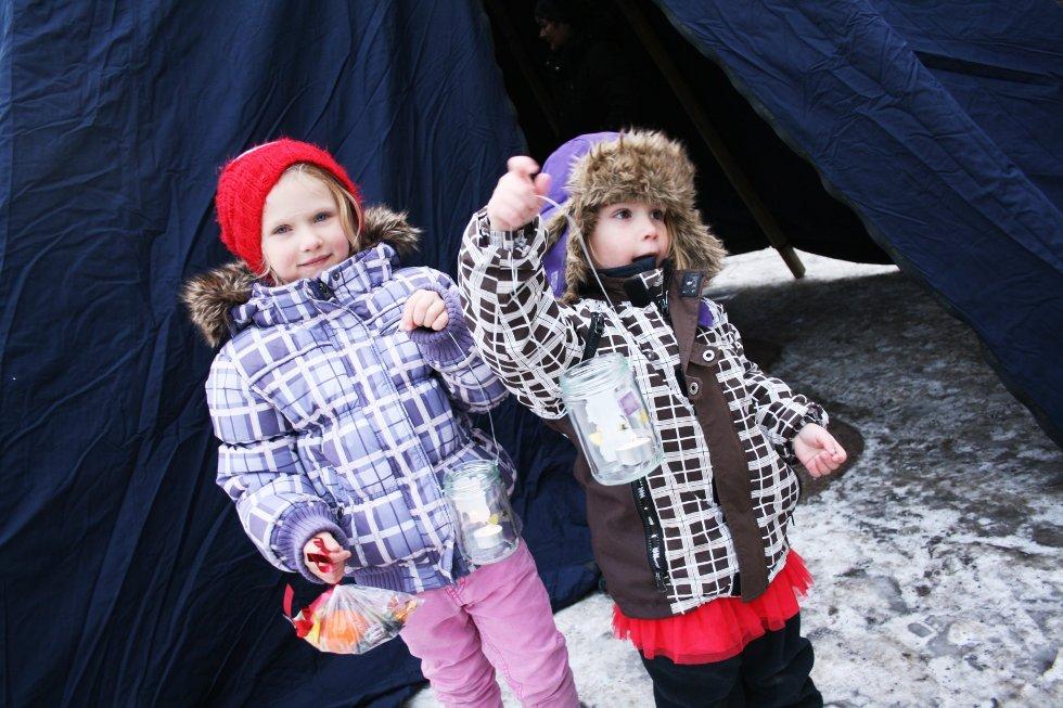 Sandra Belle (5) og Luna Emilie Steen (4) koste seg på lykteverksted i Ski.