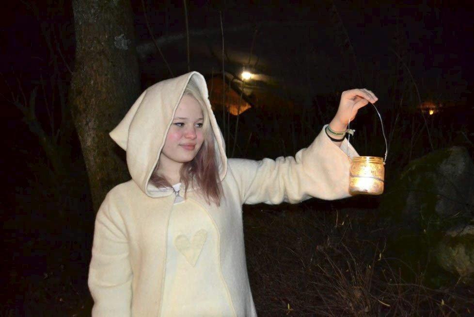 TAR HELT AV: Sofie Nordsveen (16) fra lysnisseverkstedet på Liahøi i fjor. Foto: Hanne Væren