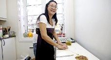 Analiza Gonzales lager mat ved kjøkkenbenken