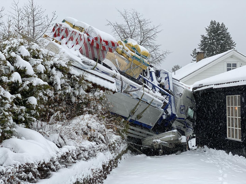 Lastebilen dundret inn i husveggen: – Godt det ikke sto folk der