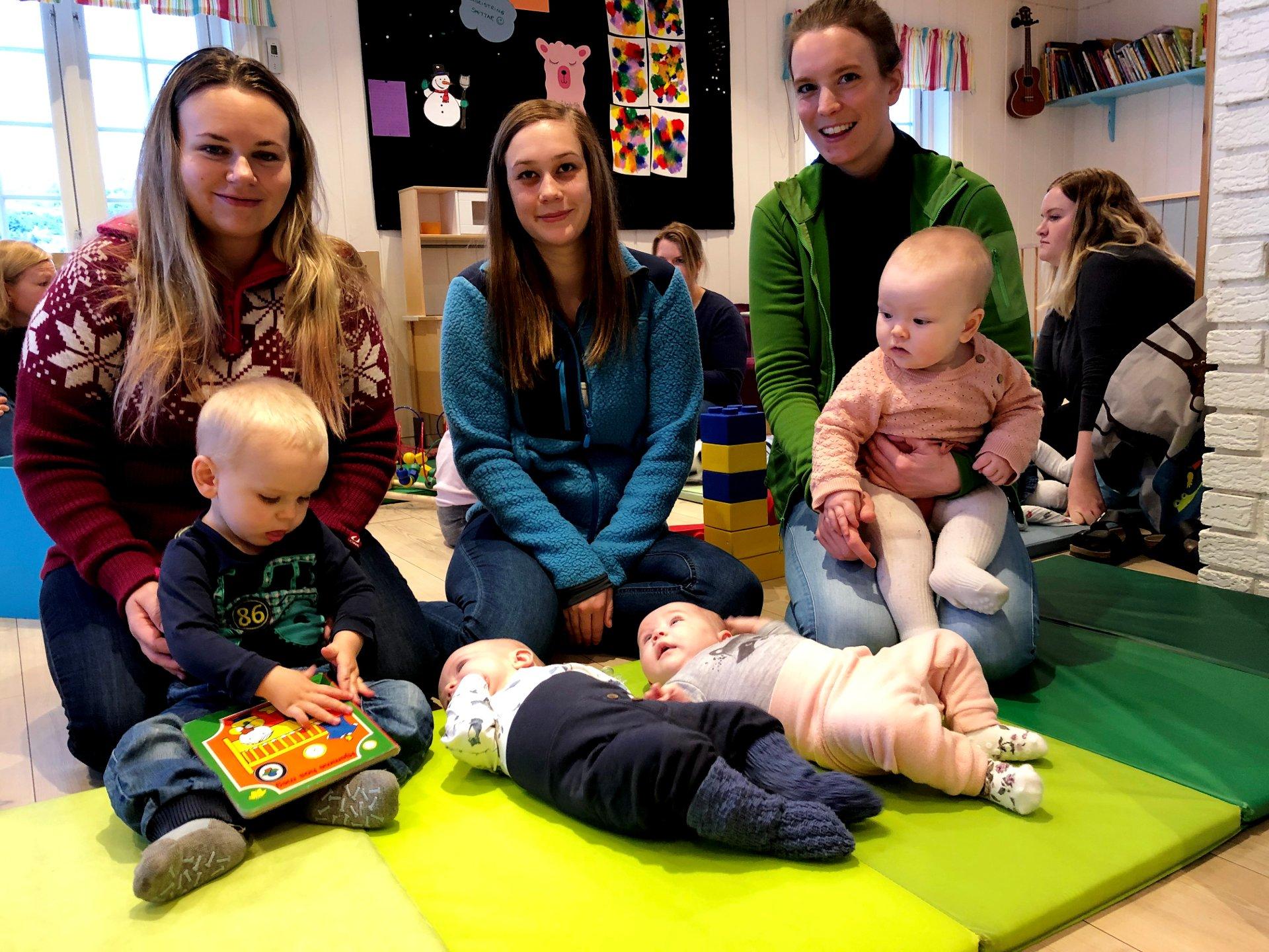 Fire små søskenbarn snusar på barnehagelivet