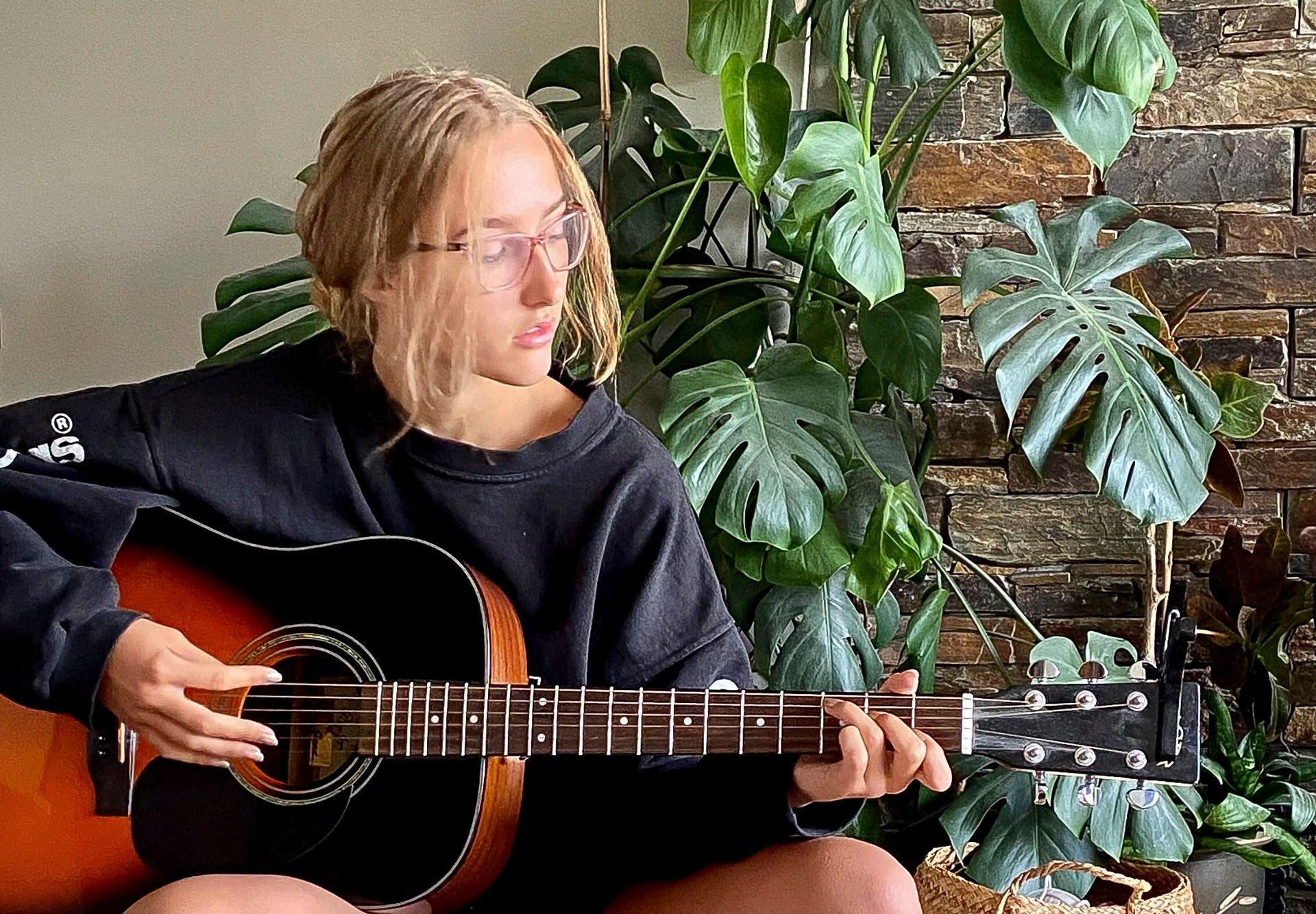 Ailisha Kaiya (17) fra Trysil satser på musikk og gir ut låter på Spotify og YouTube