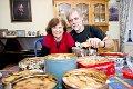 jemme hos Oddny Miljeteig og mannen Terje Rørmark blandes vestlandske og nordlandske tradisjoner. De skaper egen julestemning med overfylte kakebokser og kakelukt hver dag.
