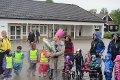 JUBILANT: Alle de fem avdelingene på Symra barnehage møtte opp på kommunesenteret for å feire virksomhetsleder for de kommunale barnehagene i Eidsberg, Anne-Beate Leistad, fylte 60 år i dag. Hun fikk en krone med Hallo Kitty på. Barna sang også bursdagssangen «Hurra for deg» for henne. Barna hadde med barnehagens fane og alle hadde flagg.
