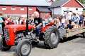 LUFTET: Gjermund Eklund fra Bamble traktorlaug luftet både store og små på traktor.