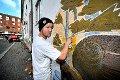 PÅ BOKS: Victor Hansen bruker spraybokser når han skaper sine kunstverk.