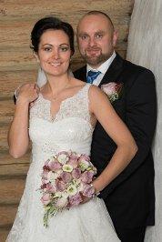 Ane Hagen og Sondre Borgedal giftet seg i Ringebu Stavkyrkje 8. november. Foto: Inge Asphoug - Ringebu