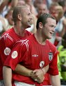 Wayne Rooney gratuleres av David Beckham etter sitt andre ml i kampen mot Kroatia. England vant 4-2.