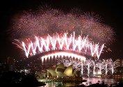 Fyrverkeri lyser opp Sydney havn nyttårsaften 2004.