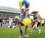 Tennis-fansene Linda Olsson (v) og Mia Nordstrom fra Sverige danser for kameraet mens australske Luke Dean prøver å bli med heiajentene. Bildet er tatt utenfor Laver Arena under åpningsdagen av Australian Open.