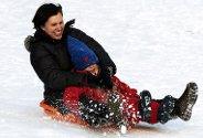 Anne-Lise Nordgulen og datteren Alida (3) nøt den fine vinterdagen i akebakken i Nygårdsparken.