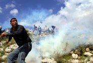 En palestinsk mann ser på en tåregassgranat som kommer rett mot ham. Palestinerne demonstrerte mot den såkalte sikkerhetsmuren Israel bygger nær Vestbanken. Palestinerne kastet stein, og israelerne svarte med tåregassgranater for å spre demonstrantene.